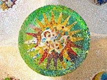 Stropować z mozaiki słońcem Parkowy Guell obraz royalty free