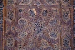 Stropować z rzeźbiącym drewnianym wzorem w Madrasa Bou Inania lesisty zdjęcia royalty free
