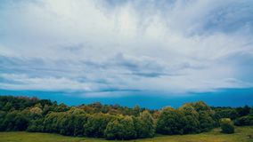 Strorm molnfluga i sommarhimlen arkivfilmer