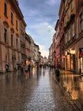 Strosa längs den lilla gatan Fotografering för Bildbyråer