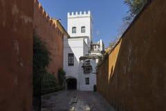 Strosa till och med de forntida gatorna av den judiska fjärdedelen av Seville Royaltyfria Bilder