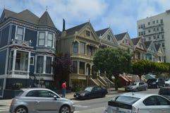 Strosa till och med San Francisco Street We Find These viktorianska målade Laidies hus Loppet semestrar arkitektur royaltyfri foto