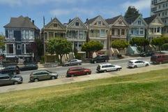 Strosa till och med San Francisco Street We Find These viktorianska målade Laidies hus Loppet semestrar arkitektur royaltyfria bilder