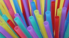Strostro groepeert het plastic het drinken kleurrijke volledige scherm zich als achtergrond velen stock video