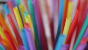Strostro groepeert het plastic het drinken kleurrijke volledige scherm zich als achtergrond velen stock footage