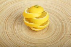 Structure artistique faite de parts de citron sur la plaque en bois Photos libres de droits