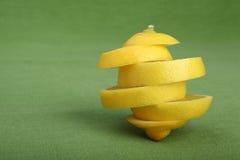 Structure artistique faite de parts de citron sur le fond vert Photographie stock libre de droits