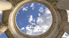 Structure circulaire de panorama soutenue par les colonnes énormes vues un jour ensoleillé photographie stock libre de droits