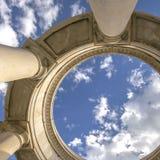 Structure circulaire de place soutenue par les colonnes énormes vues un jour ensoleillé photo libre de droits