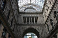 Structure classique de maçonnerie de façade de centre commercial dans Napoli image stock
