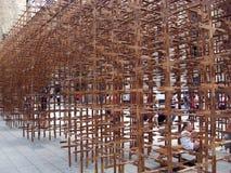 Structure croisée en bois en dehors de l'été 2014 de Barcelone de cathédrale Photographie stock libre de droits