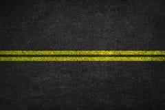 Structure d'asphalte granulaire Asphaltez la texture avec deux la ligne jaune marquage routier image libre de droits