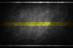 Structure d'asphalte granulaire Asphaltez la texture avec deux la ligne jaune marquage routier photos libres de droits