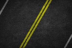 Structure d'asphalte granulaire Asphaltez la texture avec deux la ligne jaune marquage routier image stock