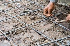 Structure de attachement de travail de barre d'acier pour la terre au chantier de construction Photographie stock libre de droits