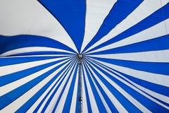 Structure de grandes tentes blanches de toit de toile Photographie stock libre de droits