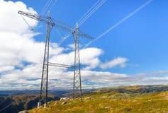 Structure de ligne électrique installée sur des montagnes avec le ciel bleu photos libres de droits