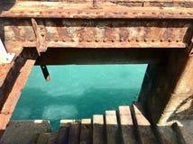 Structure de rouillement avec la fenêtre et étapes vers la mer Photo stock