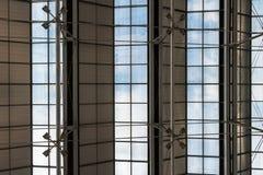 Structure de toit de grand hall avec les fenêtres et le ciel bleu en Thaïlande photo libre de droits