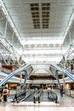 Structure de toit de lumière du jour avec des personnes marchant et des moteurs de personnes Image libre de droits