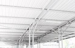 Structure de toit en acier de garage dans le mail photographie stock