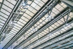 Structure de toit moderne en métal d'architecture d'aéroport Images stock