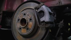 Structure de véhicule, vue de voiture de dessous, réparation, garage, démontage de voiture dans des pièces, roue sans caoutchouc  clips vidéos