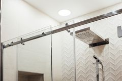 Structure de VMetal des attaches et des rouleaux supérieurs pour la porte en verre de glissement dans la douche Images stock