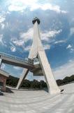 Structure en béton énorme - grattoir de ciel sur un beau nuage blanc Photo stock