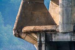 Structure en béton soviétique dans les montagnes images libres de droits