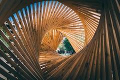 Structure en bois dans la forme de tunnel de triangle moderne personne images stock