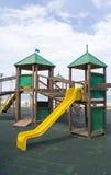 Structure en bois de jeu d'enfants dans le secteur pubblic Photographie stock libre de droits