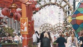 Structure en bois rouge chinoise conventionnelle au festival culturel dans la ville banque de vidéos