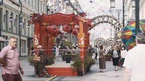 Structure en bois rouge de chinois traditionnel au festival culturel dans la ville banque de vidéos