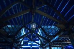 Structure en bois sous forme de voûte et lumières la nuit images stock