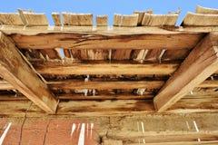 Structure en bois superficielle par les agents dans le désert Images stock