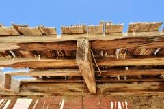 Structure en bois superficielle par les agents dans le désert Photographie stock