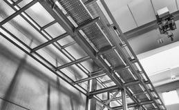 Structure métallique moderne à l'intérieur d'un entrepôt Environnement vide Images stock
