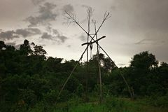 structure tribale de poteau de totem utilisée pour la protection contre de mauvais spiritueux images libres de droits