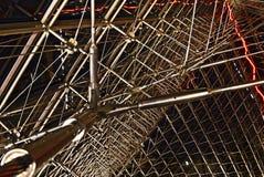 Structureel detail binnen Louvrepiramide stock afbeelding