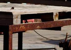 Structurein en bois de construction un site industriel, dehors, avec le métal rouillé images stock