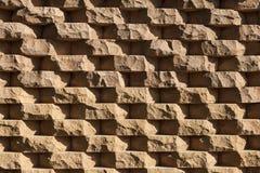 Structurele die muur van ruw natuursteen wordt gemaakt Stock Foto's