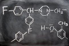 Structures chimiques sur un tableau noir Photo stock