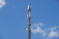 Structurez la tour de l'antenne de téléphone portable avec le ciel bleu Photo stock