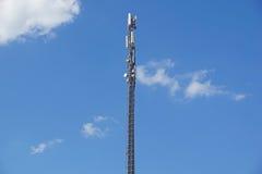 Structurez la tour de l'antenne de téléphone portable avec le ciel bleu Image stock