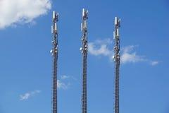 Structurez la tour de l'antenne de téléphone portable avec le ciel bleu Photo libre de droits