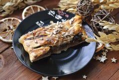 Strudel ζύμη ριπών με το μήλο και σοκολάτα σε ένα μαύρο πιάτο Αγροτικό ύφος Στοκ Φωτογραφίες