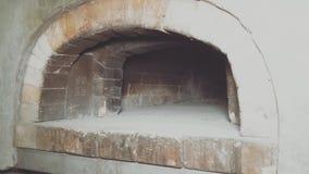 Strudel μήλων ψησίματος αρχιμαγείρων γυναικών Θηλυκός τεθειμένος χέρια δίσκος με τη ζύμη στο φούρνο τούβλου απόθεμα βίντεο