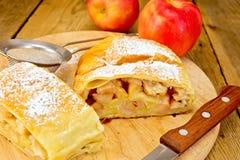 Strudel μήλο με το διηθητήρα και το μαχαίρι εν πλω Στοκ Εικόνα
