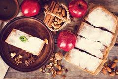 Strudel με τα μήλα και τα καρύδια Στοκ εικόνες με δικαίωμα ελεύθερης χρήσης